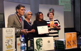 Marika Lacaita riceve il premio del Touring club italiano